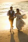 Novia y novio en la playa Foto de archivo libre de regalías