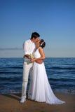 Novia y novio en la playa Imagen de archivo