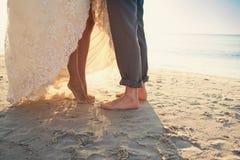 Novia y novio en la playa Fotos de archivo libres de regalías