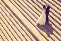 Novia y novio en las escaleras Foto de archivo libre de regalías