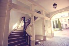 Novia y novio en las escaleras Imágenes de archivo libres de regalías