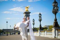 Novia y novio en París Imagen de archivo libre de regalías