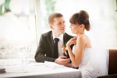 Novia y novio en restaurante fotos de archivo libres de regalías
