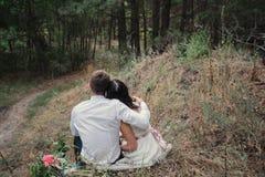 Novia y novio en sonrisa de la naturaleza Fotografía de archivo libre de regalías