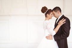 Novia y novio en su día de boda Foto de archivo