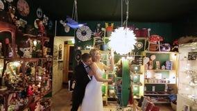 Novia y novio en tienda del arte almacen de metraje de vídeo
