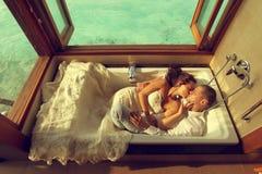 Novia y novio en tina de baño en Maldivas Imágenes de archivo libres de regalías