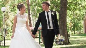 Novia y novio en trajes que se casan elegantes hermosos almacen de metraje de vídeo