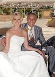 Novia y novio en un carro de golf fotos de archivo