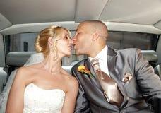 Novia y novio en un coche fotos de archivo