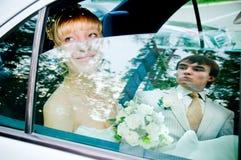Novia y novio en un coche imagen de archivo libre de regalías
