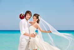 Novia y novio felices en la playa Fotografía de archivo