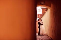 Novia y novio en una calle estrecha Fotografía de archivo