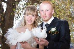 Novia y novio felices Fotos de archivo libres de regalías