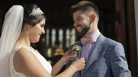 Novia y novio felices cerca de la iglesia después de la ceremonia que se casa almacen de metraje de vídeo