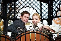Novia y novio felices en banco decorativo Imágenes de archivo libres de regalías