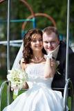 Novia y novio felices en día de boda Imagenes de archivo