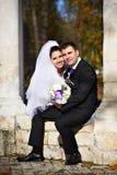 Novia y novio felices en parque del otoño Imagenes de archivo