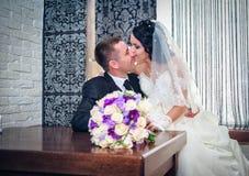 Novia y novio en su día de boda Imagen de archivo libre de regalías