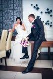 Novia y novio en su día de boda Foto de archivo libre de regalías