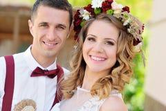Novia y novio felices en su día de boda Foto de archivo libre de regalías