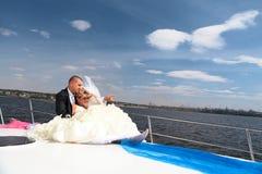 Novia y novio felices en un yach de lujo Foto de archivo