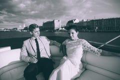 Novia y novio felices en un yate que viaja junto Imagenes de archivo