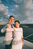 Novia y novio felices en un yate que viaja junto Fotos de archivo libres de regalías