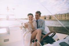 Novia y novio felices en un yate que viaja junto Imagen de archivo