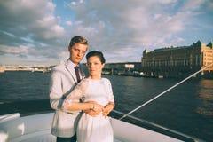 Novia y novio felices en un yate que viaja junto Fotografía de archivo libre de regalías
