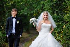 Novia y novio felices en una boda en el verano al aire libre fotografía de archivo libre de regalías
