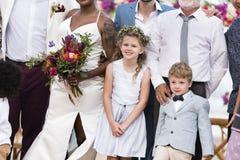 Novia y novio felices en una ceremonia de boda en una isla tropical Imagen de archivo