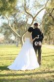 Novia y novio felices Married Outdoors en un bosque Imagen de archivo libre de regalías
