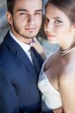 Novia y novio felices sonrientes que consiguen casados Imagen de archivo libre de regalías
