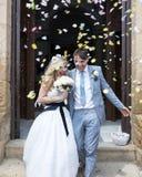 Novia y novio fuera de la iglesia imagen de archivo libre de regalías