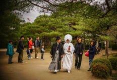 Novia y novio japoneses en el templo foto de archivo