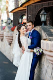 Novia y novio jovenes hermosos cerca de la pared de piedra en el parque Imagenes de archivo