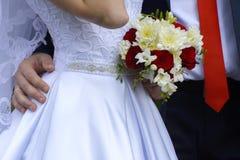Novia y novio jovenes hermosos y felices en vestido de boda Fotos de archivo libres de regalías