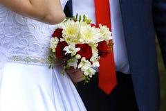 Novia y novio jovenes hermosos y felices en vestido de boda Foto de archivo