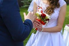 Novia y novio jovenes hermosos y felices en vestido de boda Foto de archivo libre de regalías