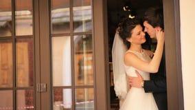 Novia y novio jovenes Looking At Each del día de boda almacen de video