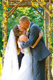 Novia y novio Kiss de la ceremonia de boda Fotos de archivo