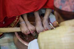 Novia y novio nepaleses Performing Wedding Rituals en la boda Foto de archivo