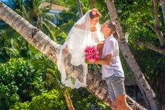 Novia y novio, par cariñoso joven, en su día de boda, outd Foto de archivo libre de regalías