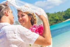 Novia y novio, par cariñoso joven, en su día de boda, outd Fotos de archivo libres de regalías
