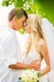 Novia y novio, pareja nuevamente casada romántica que abraza, apenas M Imagen de archivo