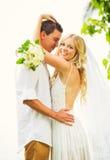 Novia y novio, pareja nuevamente casada romántica que abraza, apenas M Imágenes de archivo libres de regalías