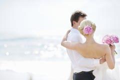 Novia y novio por el mar Fotos de archivo