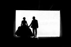 Novia y novio que caminan en el bw del paso Foto de archivo libre de regalías