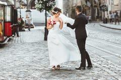 Novia y novio que caminan en la ciudad Fotos de archivo